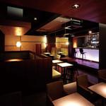 8G shinsaibashi - 夜の店内