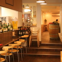 ワイン処 SASAYA - 入口は狭いけど、中は広々。カウンター席もあります。