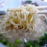 三徳ラーメン - 麺は平麺の中麺くらいでしょうか