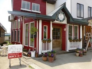 cafe Iris - 赤と白が可愛い建物