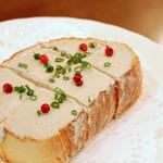 川口バル - 【ある日のおすすめ】蟹みそとクリームチーズのカナッペ。ピンクペッパーのはじける風味がアクセントに。