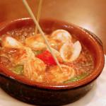 川口バル - 【ある日のおすすめ】プリプリ海老イカアヒージョ。ガーリックの風味がたまらない一品。熱いうちにどうぞ!
