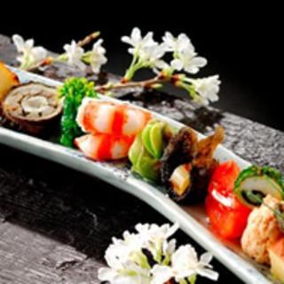 落ち着いた空間で、厳選された旬の食材を使ったお料理を心ゆくまでお楽しみください。