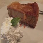 シナモンカフェ - ビターキャラメルと洋ナシのベークドチーズケーキ。