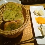 ローストチキンハウス 丸の内店 - パンとチーズ