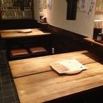 ごぞうろっぷ - テーブルは4人掛けが2席。
