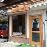 ばあばのパン屋さん - 「ばあばのパン屋さん」の外観です。とっても小さなお店です。