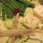もつ処 堂平 - もつ鍋。ゴボウと豆腐が揚げている