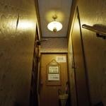 カリンカ - ちょっと薄暗いですが、お店へ続く階段で間違いありません。