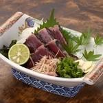 うな泰 - かつおタタキ:本場土佐の新鮮な鰹たたきです。