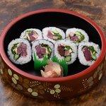 うな泰 - 土佐巻:鰹たたきを巻寿司にしています。