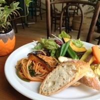 イダキ カフェ - スペシャルプレート♪サラダ、スープ、パン、ちょっとパスタ、他きままな多品目野菜とハモス(ひよこ豆のディップ添え)