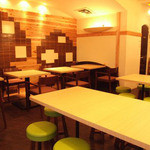 かき小屋フィーバー - テーブル席を中心とした店内