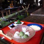 結 - かんざらし (黒蜜、きな粉付き)¥500 脇にある小皿のクレソンのお浸しが角の無い丸いポン酢が良い仕事です、これ目当てに訪問しても良いですね
