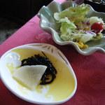 三井倶楽部 - 漬物とサラダ。