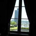 三井倶楽部 - 窓の外は門司港レトロ地区。