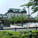 三井倶楽部 - 向こう側には門司港駅舎。