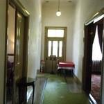 三井倶楽部 - 部屋の外の廊下。