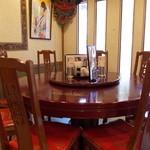 八番館 - 六人用円卓。奥には座敷、普通のテーブル席、カウンター席とあります