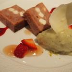 メザニーン - クリームチーズ入り苺のケーキ  キューイフルーツのアイスを添えて