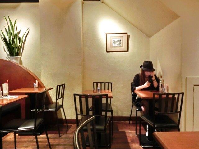 CAFE AALIYA - <'13/05/18撮影>店内のテーブル席の風景です