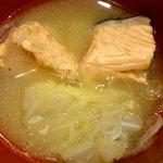 19117388 - 魚まる 志村店 あじなめろう定食に付く鮭のアラ汁