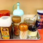 天津 - 卓上調味料(醤油、中濃ソース、一味唐辛子、酢、辣油、ニンニク、ブラックペッパー)