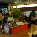 総本家更科堀井 - 中央カウンターは12席