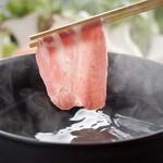黒の厨房 - 料理写真:六白黒豚のしゃぶしゃぶに最適の三枚肉と肩ロースだけを チルドの状態でお出しする、贅沢なしゃぶしゃぶです。