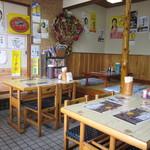 佐藤ラーメン店 - 店内は、ほぼテーブル席が占め、小上りは奥に。