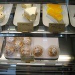 ラボラトワール - 10種ほどのケーキが低価格で並んでます。