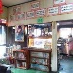湯舟沢五平餅たこ焼 - 古の店内で、売れない歌手のポスターも
