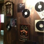 BUZZ - ジャズのレコードが壁にあります