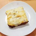 19135962 - デニッシュ生地にトロけるチーズが、美味しい〜