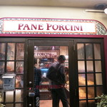 パネ・ポルチーニ - 路地の一角に輝くように明るいお店でした。