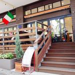 Plaza-D イタリアンレストラン - 道路沿いにありますが、飲食スペースは数段、階段を上がる形になります