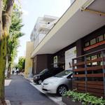 Plaza-D イタリアンレストラン - 歩道を挟んで道路沿いにある店です