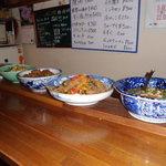食処呑処さっちゃん - 料理写真:カウンターには日替わりで色々な料理が並びます。どれもとてもおいしくてお酒に合います。