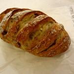ラフォレ・エ・ラターブル - 料理写真:4つのナッツっていうフランス語のパンだったとおもう 320円