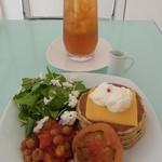 コヴェント ガーデン - トマトビーンズとチーズのパンケーキ ドリンクセット(さくらんぼ紅茶)980円