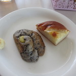 La Brioche Caffe - 私はまず黒ゴマパンとオニオンパンをいただいてきました、勿論パンは何度でも選べますよ。