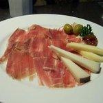 イビサスモークレストラン - 自家製の2年熟成のハモンセラーノとスペインチーズ