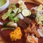 珈琲館 - キャベツの塩昆布和え、こんにゃくのピリ辛、がね、グリーンピースのスープなど