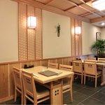 宮川本廛 - 店内のテーブル席の風景です