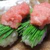 寿しの喜多八 - 料理写真:芽ねぎトロ握り 芽ねぎの上にトロのたたきを乗せてます