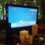 串角 - 各テーブルにTVが設置されている