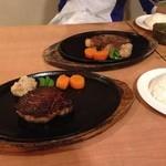 2013年5月:手前は牛ヒレ定食、奥はステーキ定食