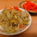 九州ラーメン 黒兵衛 - 食べ放題のもやしのナムルと紅ショウガ。