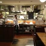 つばめグリル - 清潔でお洒落なオープンキッチン