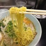 秀味 - 麺もオリジナル・黄色い麺が美味しそう